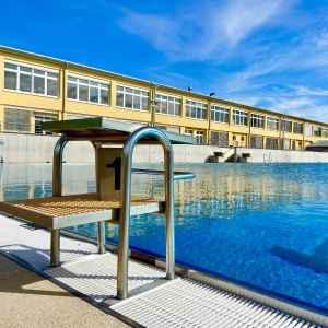 Schwimmbecken mit Startblock im Freibad