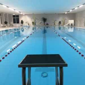 Schwimmbecken im Hallenbad