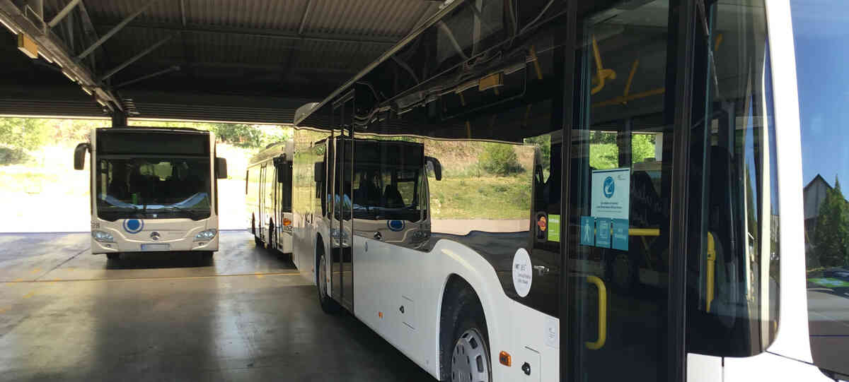 Busse der JES Verkehrsgesellschaft im Depot Eisenberg